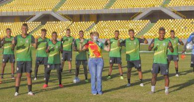 Directora del IDER visitó al estadio de fútbol Jaime Morón León.